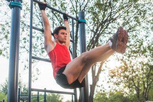 Bauchmuskelübung an der Klimmzugstange