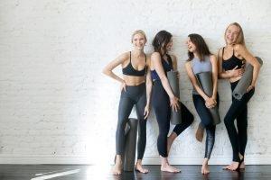 Frauen mit Yogamatten