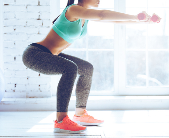 Frau mit Knackarsch beim Muskelaufbau