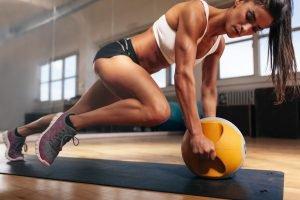 Frau macht Kraftsport