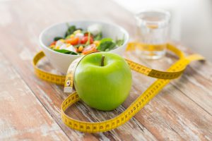 apfel maßband wasser und salat, symbolbild essverhalten ändern