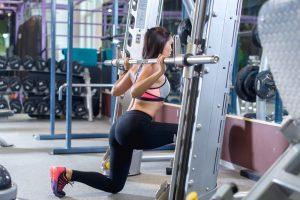 frau macht po training im fitnessstudio