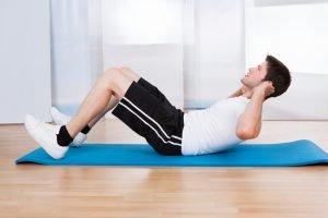 mann macht sit up bauchmuskeltraining