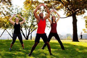 Gruppe trainiert Jumping Jacks