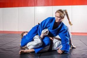 frauen bei karate kampf