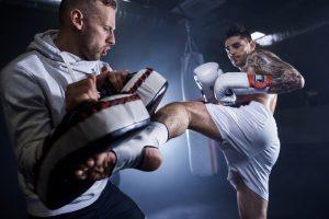 zwei männer üben kickboxen