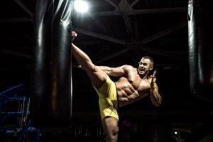 Kickboxer mit einem Boxsack