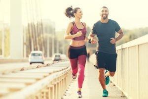 mann und frau joggen symbolbild ruhepuls tabelle