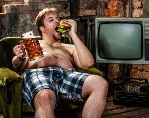 dicker mann mit bier und burger auf sessel symbolbild abnehmtabletten