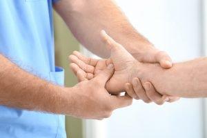 arzt untersucht hand um tape außen oder innen anzubringen