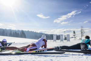 drei männer testen biathlon