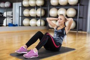 crunches im fitnessstudio