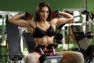 Frau macht Bodybuilding