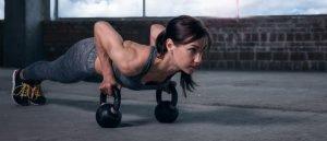 bodybuilding frauen mit kettlebell