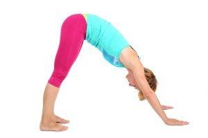 frau trainiert beweglichkeit