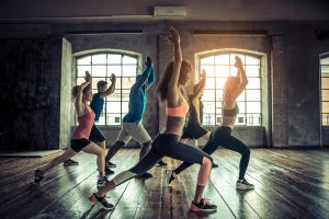gruppe bei gymnastikübungen