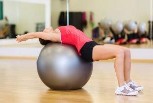 frau macht bandscheibenvorfall übung auf gymnastikball