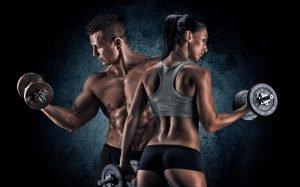 frau und mann beim muskelaufbau training