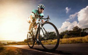 rennradfahrer in voller fahrt
