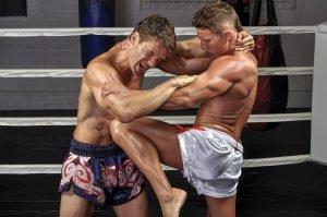 kämpfer kriegt beim thaiboxen knie in den bauch