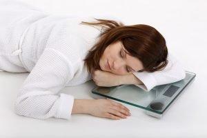 frau schläft ausreichend symbolbild einfach abnehmen