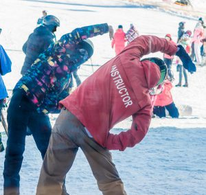 skigruppe macht dehnübungen vor dem skifahren
