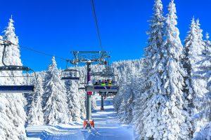 skilift in schönem skigebiet