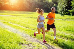 frau und mann beim joggen