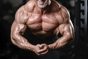 normaler bodybuilder mit extremen muskelbergen