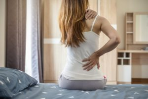 Frau mit rueckenschmerzen