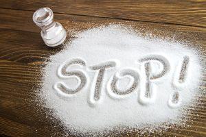 salz mit stop als schriftzug auf tisch