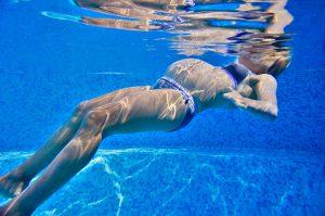 frau schwimmt um wassereinlagerungen in der schwangerschaft zu bekämpfen
