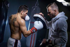 Mann beim Fitnessboxen ohne kontakt zum Gegner