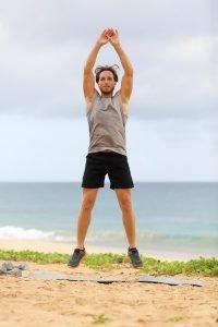 mann macht burpees am strand