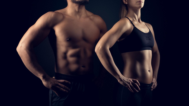 Frau und Mann im Schatten mit Bauchmuskeln