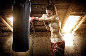 frau beim boxen am sandsack