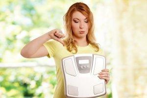 frau unzufrieden mit Gewicht