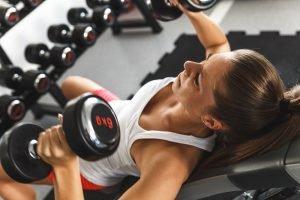 Muskeln aufbauen schrägbank frau