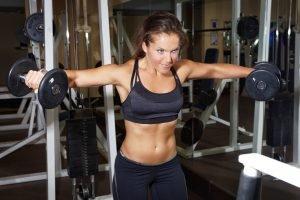 frau trainiert nach trainingsplan im fitnessstudio