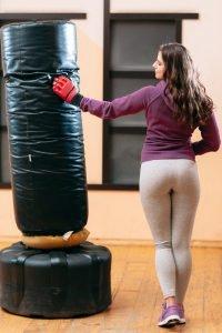 boxerin neben standboxsack