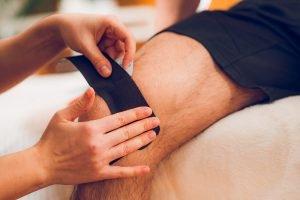 Oberschenkel tapen auf haarigem Bein