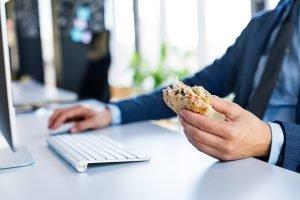 ungesund essen auf der Arbeit