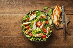 leckerer Salat mit Hähnchenbrustfilet
