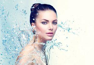 Frau mit Wasser am und um den Körper
