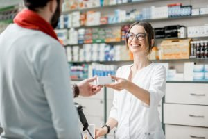 Apotheke Übergabe Medikament an Kunde
