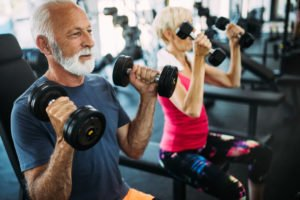 Älterer Mann beim Training im Fitnessstudio