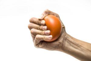 Hand quetscht einen Ball