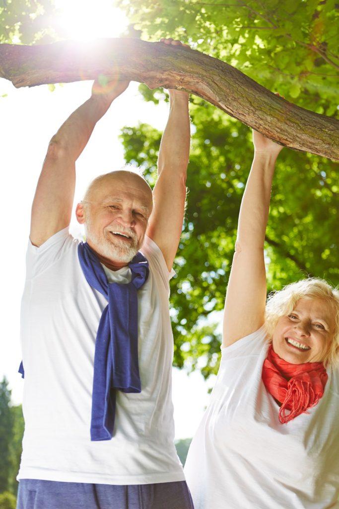 Älteres Ehepaar macht Outdoor Fitness