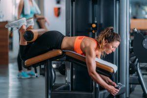 Trainingsplan Muskelaufbau für Anfänger: Beincurls im Fitness Studio