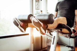 Mann trainiert an der Beinpresse im Fitness Studio